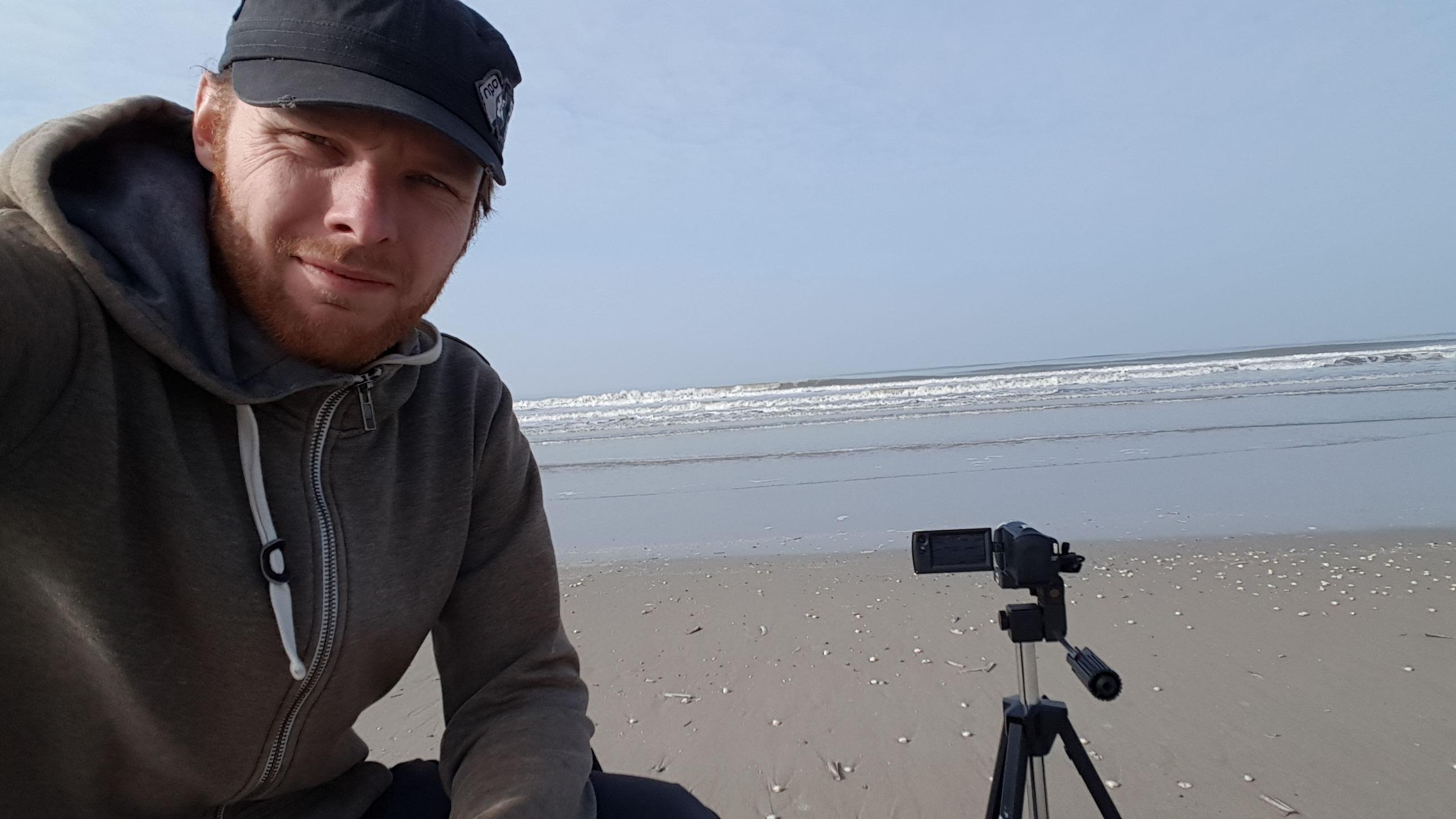 Germen aan het filmen op het strand